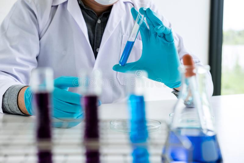 Biokemilaboratoriumforskning, kemist analyserar prövkopian i laboratorium med utrustning och vetenskapsexperimentglasföremål arkivfoton
