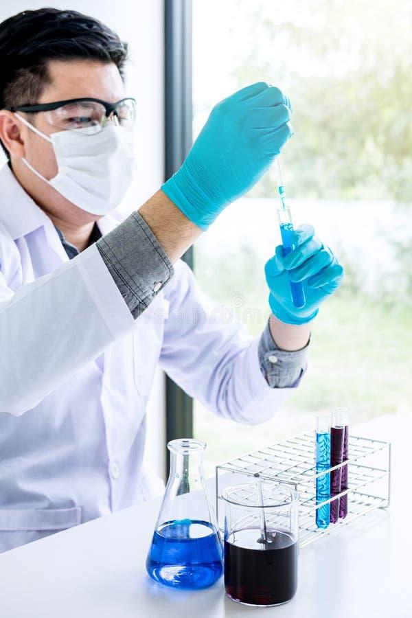 Biokemilaboratoriumforskning, kemist analyserar pr?vkopian i laboratorium med utrustning och vetenskapsexperimentglasf?rem?l arkivbild
