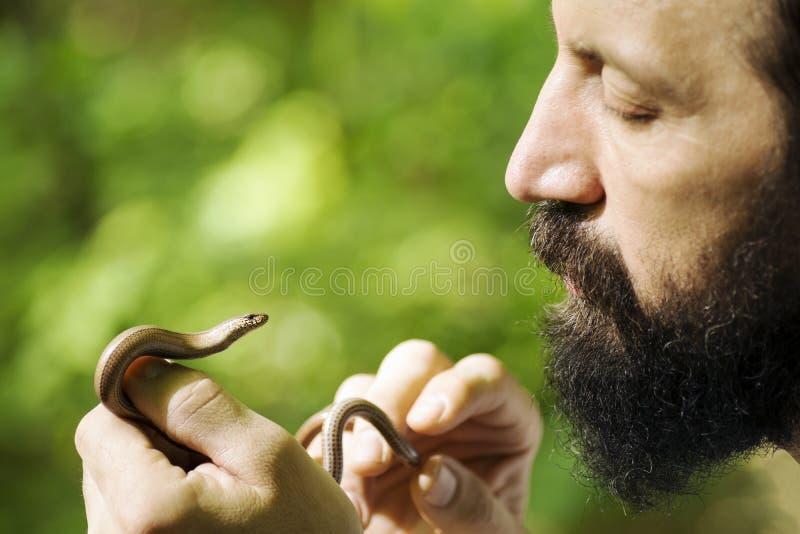Biologe, der wenig Schlange hält lizenzfreie stockfotos