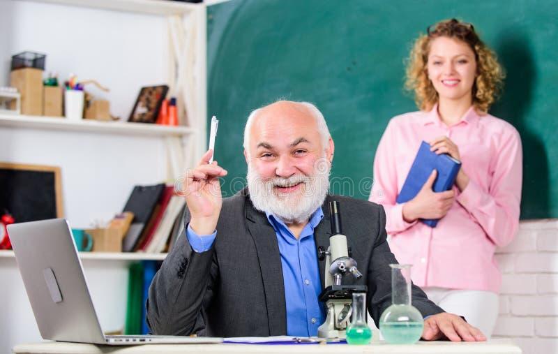 Biologia do estudo Educação da universidade da faculdade Biólogo ou químico com biologia de ensino do estudante do microscópio bi fotografia de stock