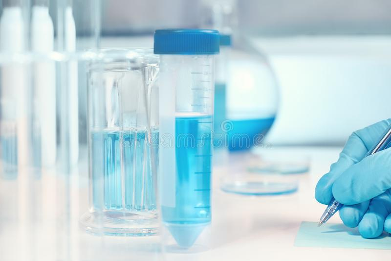 Biologiczny lub biochemiczny lab z ostrości, zbliżenie na gloved brzęczeniach fotografia stock