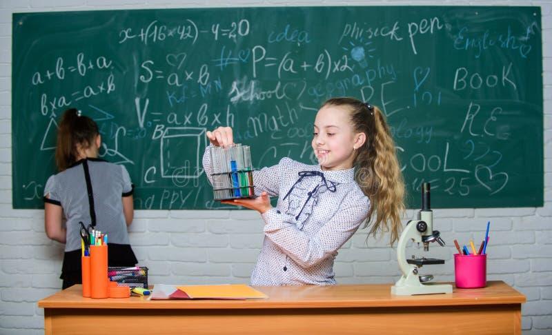 Biologie en chemielessen Theorie en praktijk Neem chemische reacties waar Formeel onderwijsschool onderwijs stock foto