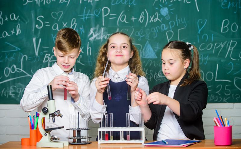 Biologieausr?stung Studenten, die Biologieexperimente mit Mikroskop im Labor tun Kleinkinder, die herein Chemie lernen lizenzfreie stockfotografie