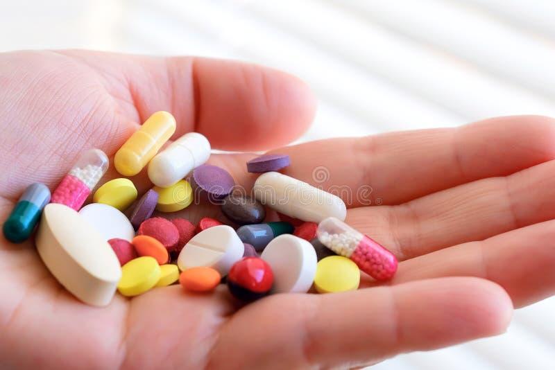 Biologisch-aktiver Zusatz Handvoll Pillen in seiner Hand Pharmakologie der Schattenproduktion placebo Das Problem der Fälschung stockbilder