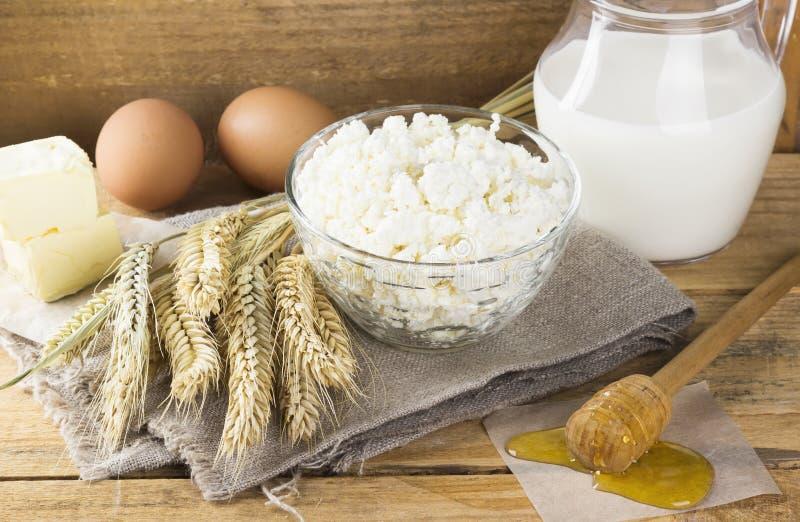 Biologische producten: eieren, melk, kwark, honing, boter, whe royalty-vrije stock foto