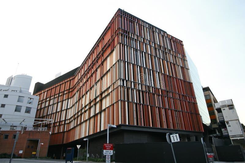 Biologiska vetenskaper som bygger med färgrik terrakottabagettrastrering som stångkoder på den moderna yttre fasaden på UNSW, Syd royaltyfri fotografi