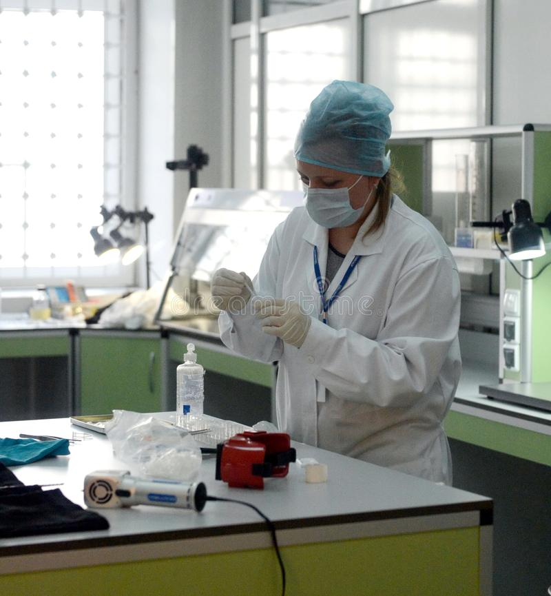 Biologiste-expert en laboratoire de la recherche d'ADN du centre expert-légal de la police de Moscou image stock
