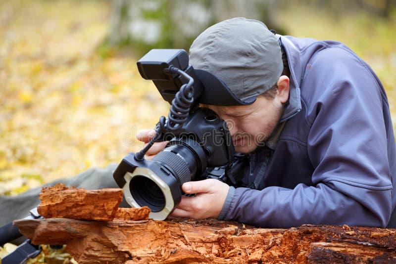 Biologo nel campo fotografie stock