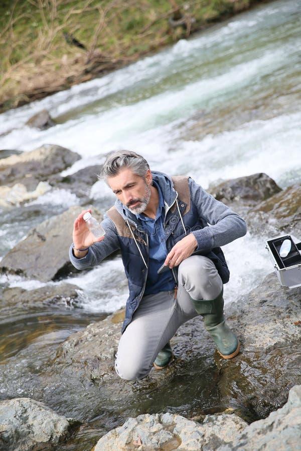 Biologprovningskvalitet av flodvatten royaltyfri fotografi