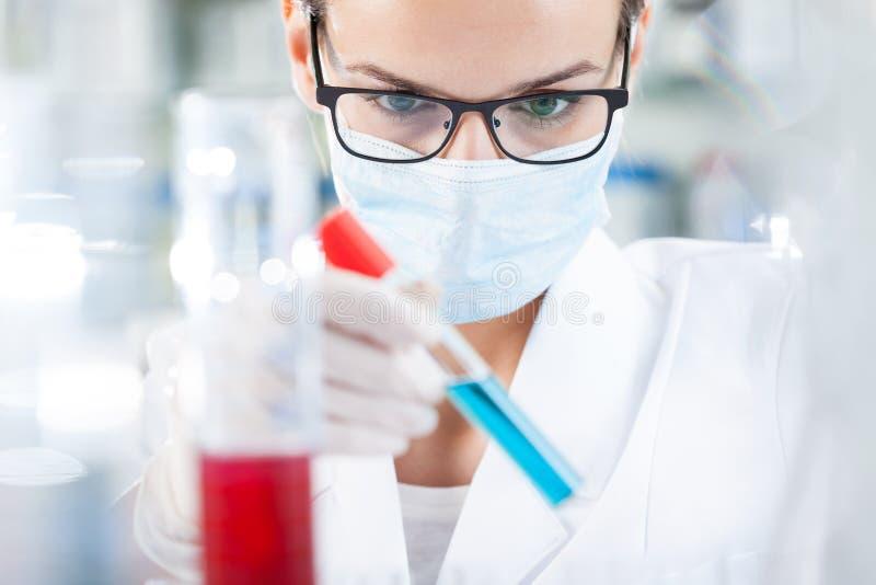 Bioloog die resultaat van het testen analyseren stock afbeelding