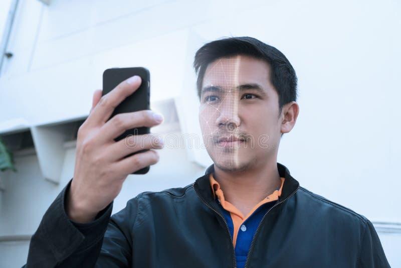 Biometric ansikts- erkännande på smartphonen Lås smartphonen upp som arkivfoto