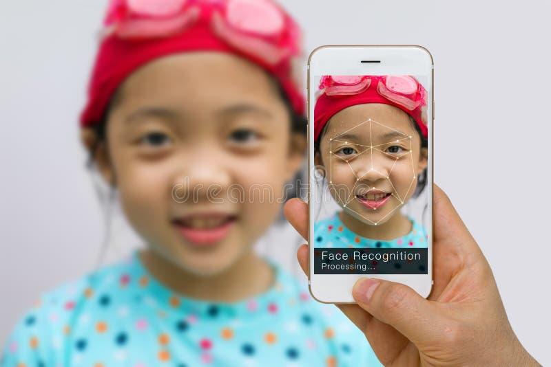Biometric verifikation, begrepp för teknologi för framsidaerkännande, genom att använda App på Smartphone arkivfoto