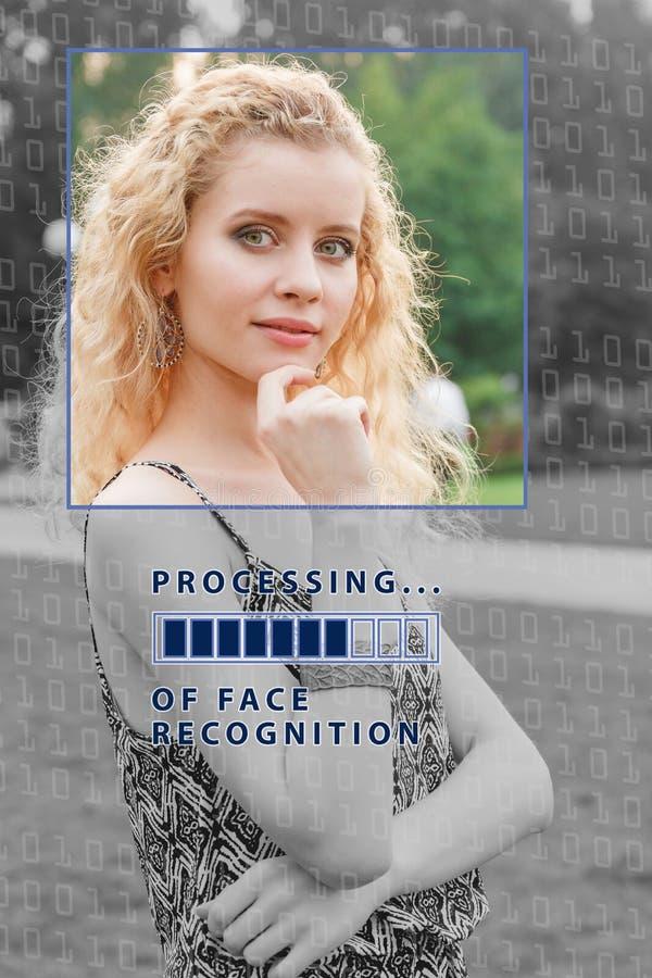 Biometric verifikation ung kvinna med statusstången Begreppet av en ny teknik av framsidaerkännande royaltyfri fotografi