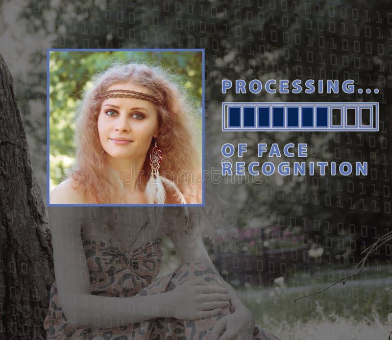 Biometric verifikation ung kvinna med statusstången Begreppet av en ny teknik av framsidaerkännande royaltyfri bild