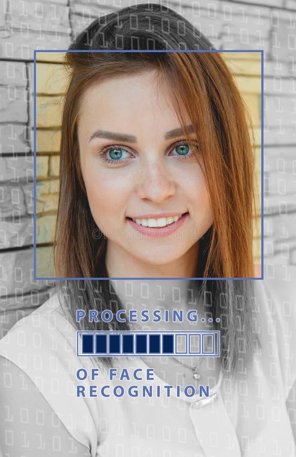 Biometric verifikation ung kvinna med statusstången Begreppet av en ny teknik av framsidaerkännande fotografering för bildbyråer