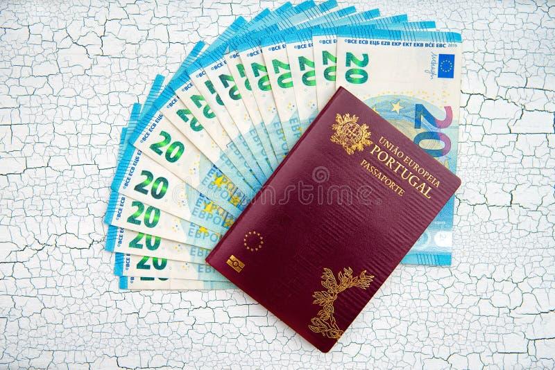 Biometrisch paspoort met Euro munt Gebarsten achtergrond stock fotografie