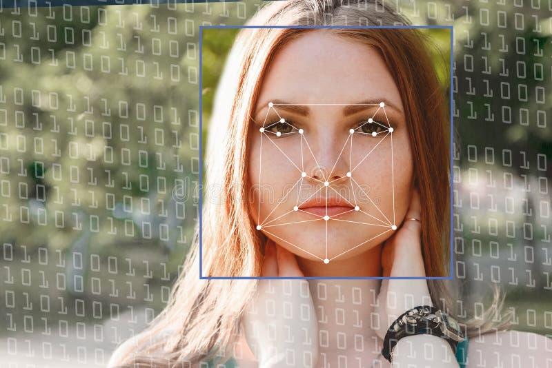 Biometrische Controle Jonge Vrouw 15 Het concept een nieuwe technologie van gezichtserkenning op veelhoekig net royalty-vrije stock afbeelding