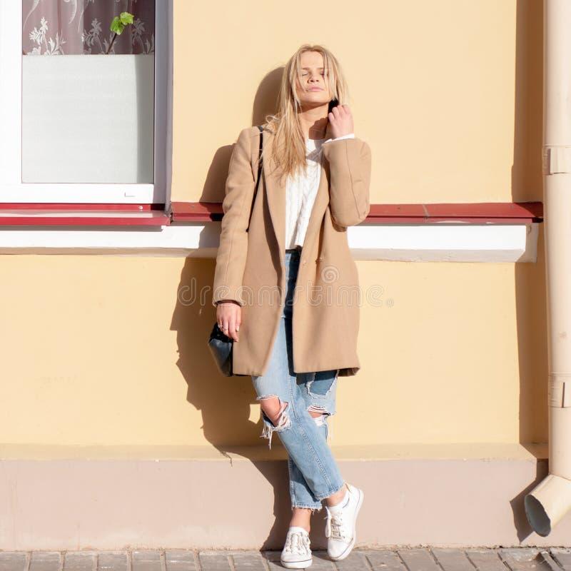 Bionda abbastanza alla moda dei giovani immagine stock