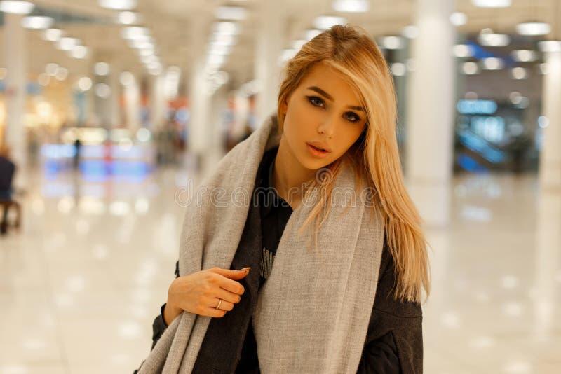 Bionda alla moda abbastanza giovane della donna del fascino la bella con gli occhi grigi con le labbra sexy in vestiti alla moda  immagini stock libere da diritti