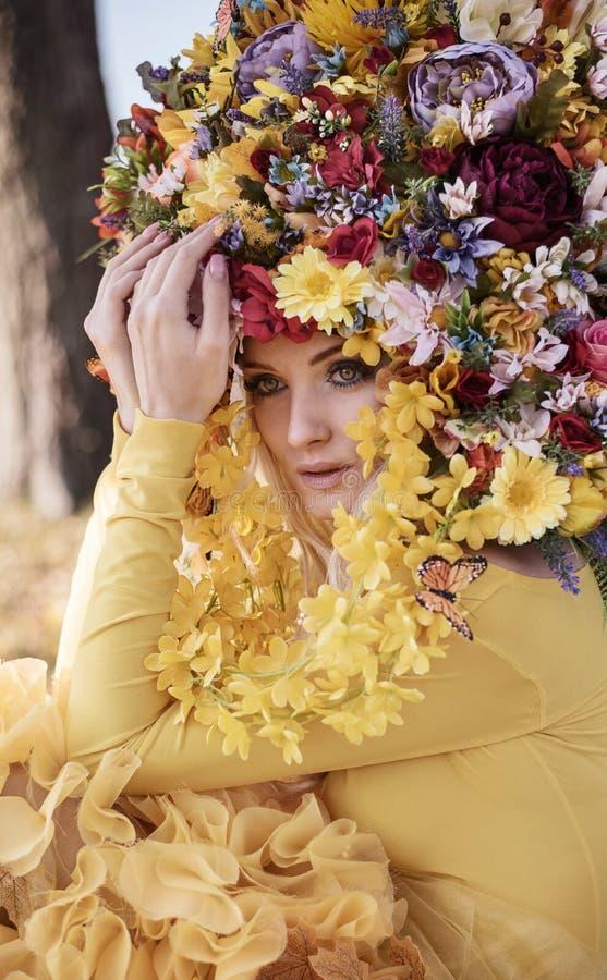 Bionda attraente che indossa una corona fiorita fotografia stock libera da diritti