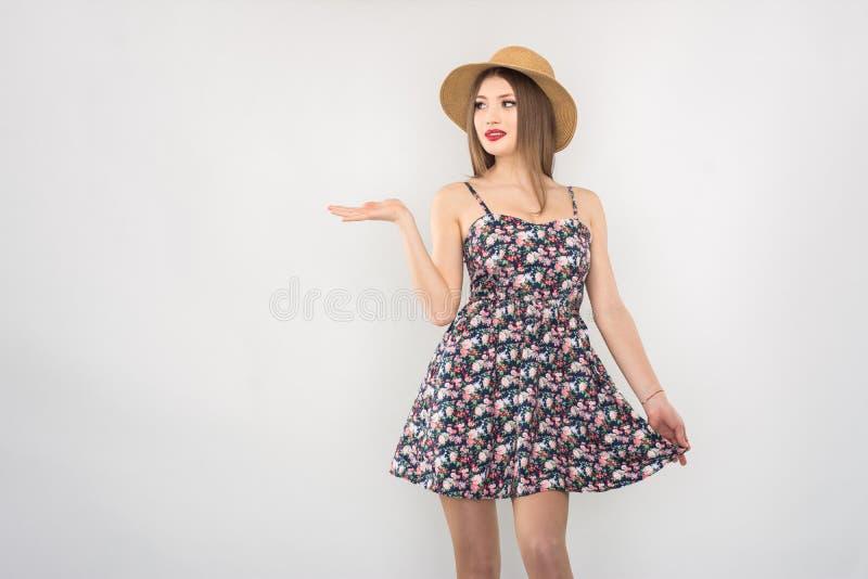 Bionda in cappello e vestito di paglia immagine stock libera da diritti