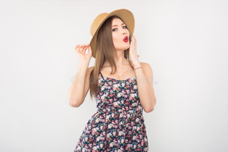Bionda in cappello e vestito di paglia fotografie stock
