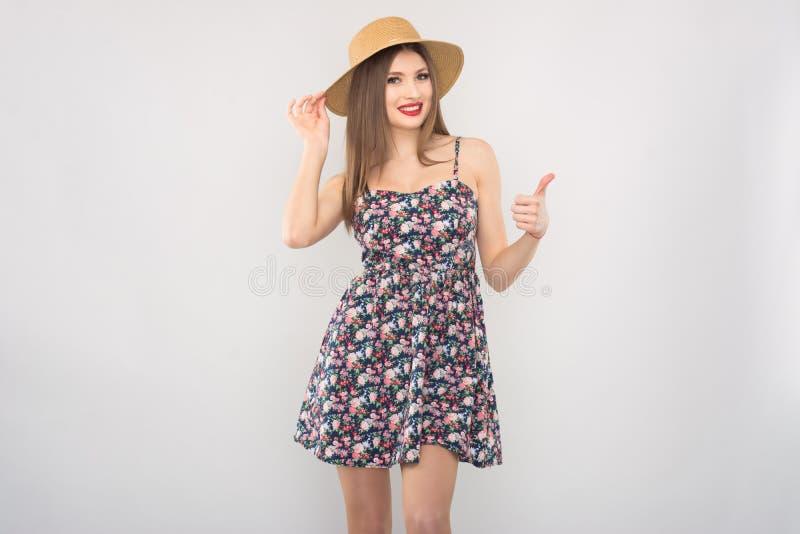Bionda in cappello e vestito di paglia immagini stock