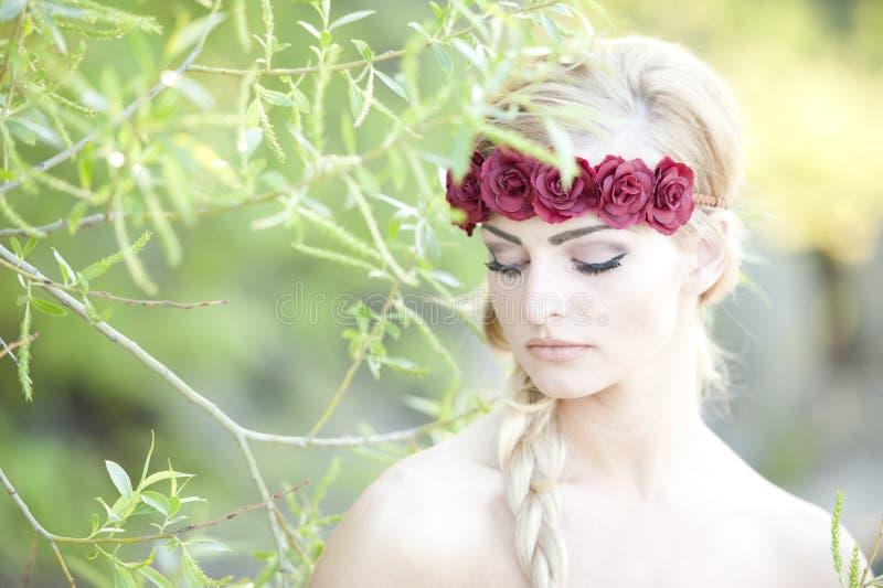 Bionda che indossa un fiore Cown immagini stock libere da diritti