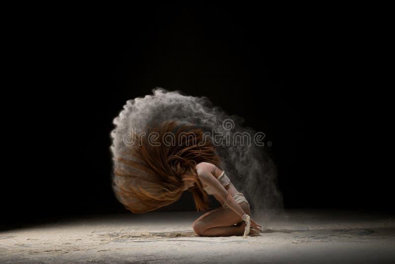 Bionda dai capelli lunghi in fasciatura nel colpo della nuvola di polvere fotografie stock