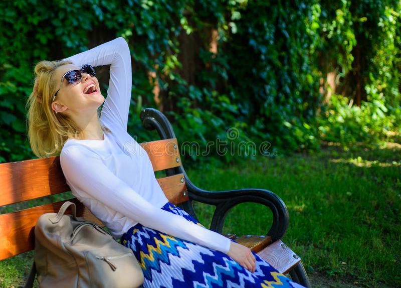 Bionda della donna con il sogno degli occhiali da sole circa la vacanza Tempo per me stesso I bisogni di signora si rilassano e s immagine stock