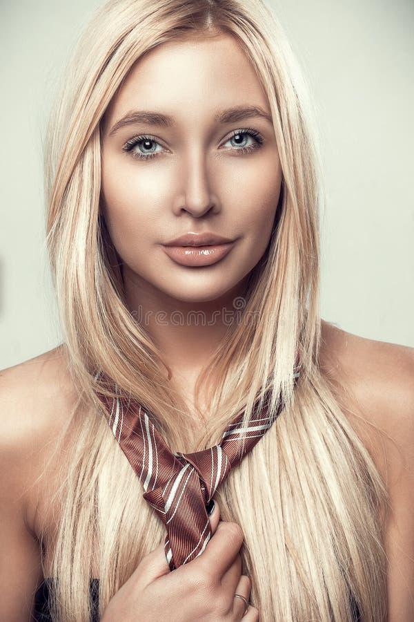 Bionda della donna del ritratto di bellezza di fascino bella in legame immagini stock libere da diritti