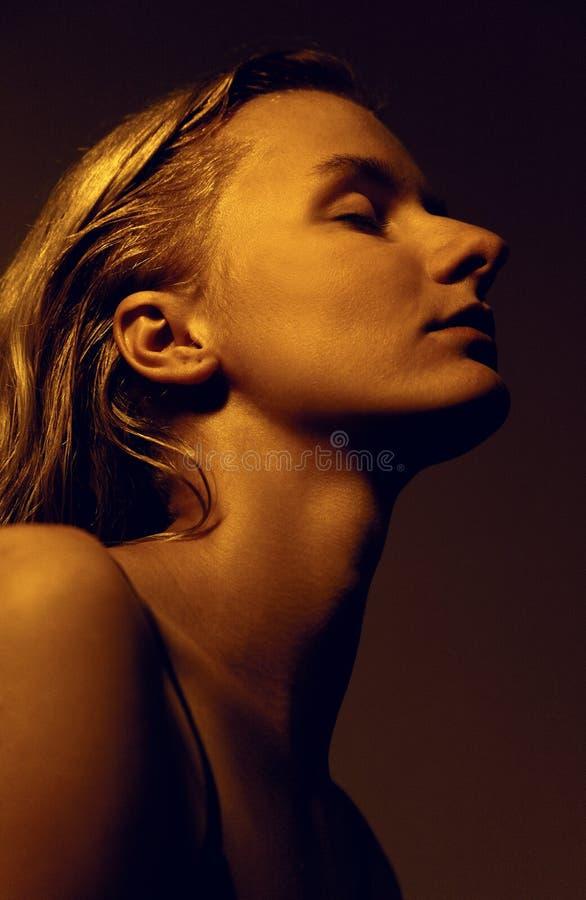 Bionda femminile con gli occhi chiusi, orientamento verticale del ritratto, dell'interno fotografie stock libere da diritti