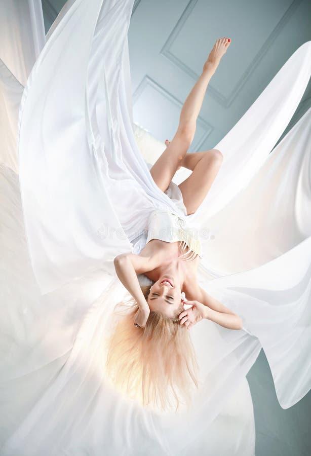Bionda graziosa che porta abito bianco enorme fotografia stock libera da diritti