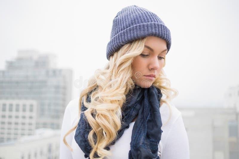 Bionda premurosa in vestiti di inverno che posano all'aperto immagine stock libera da diritti