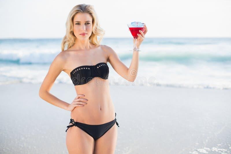 Bionda sexy pacifica in cocktail elegante della tenuta del bikini immagine stock libera da diritti