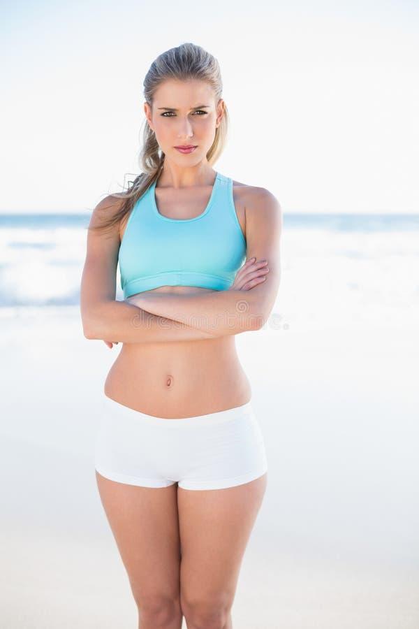 Bionda sportiva seria nella posa degli abiti sportivi fotografia stock