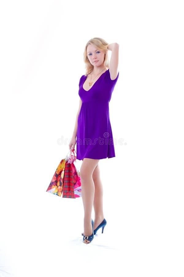 Biondo bello con i sacchetti di acquisto fotografia stock