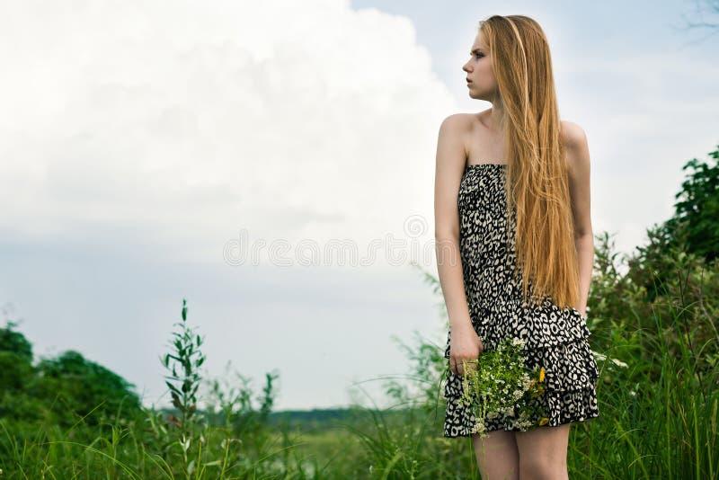 Biondo in erba verde fotografia stock