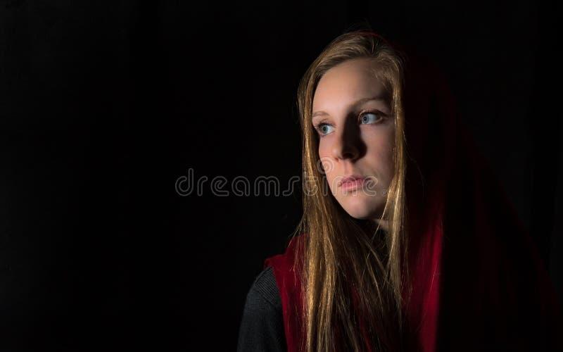 Biondo osservato bello giovane blu coperto in Ruby Red Scarf immagini stock libere da diritti