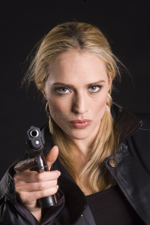 Biondo sexy con la pistola in rivestimento di cuoio immagine stock libera da diritti
