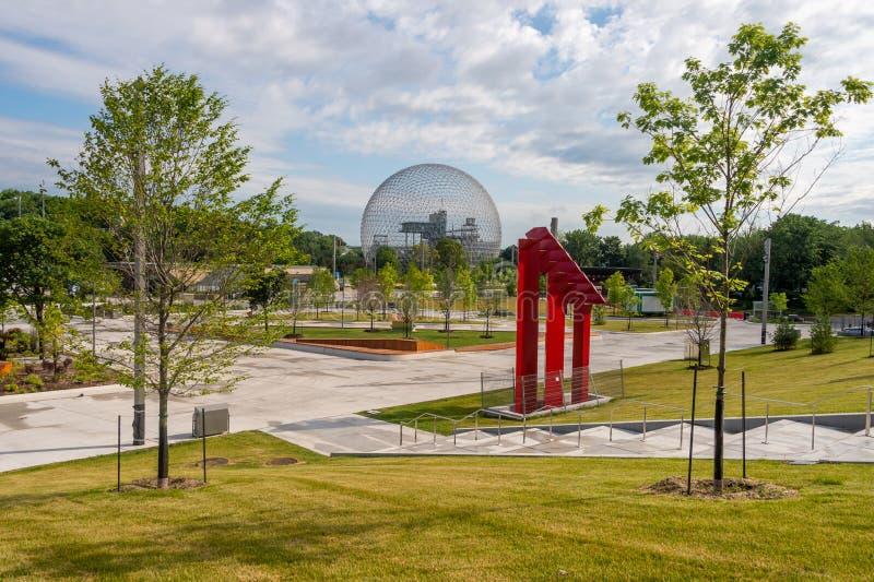 Biosfär och nyligen renoverad gångbana i Parc Jean Drapeau royaltyfri bild