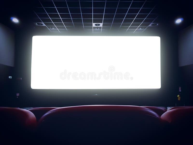 Bioskoopbinnenland van filmtheater met lege rode zetels stock fotografie