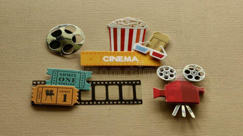 Biotecknet med popcorn badar exponeringsglas 3d som filmen etiketterar projektorn på solbränd bakgrund royaltyfri fotografi