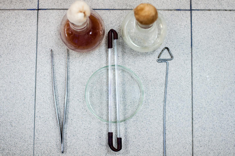 Biotekniklaboratoriumglasföremål på tabellen royaltyfria bilder