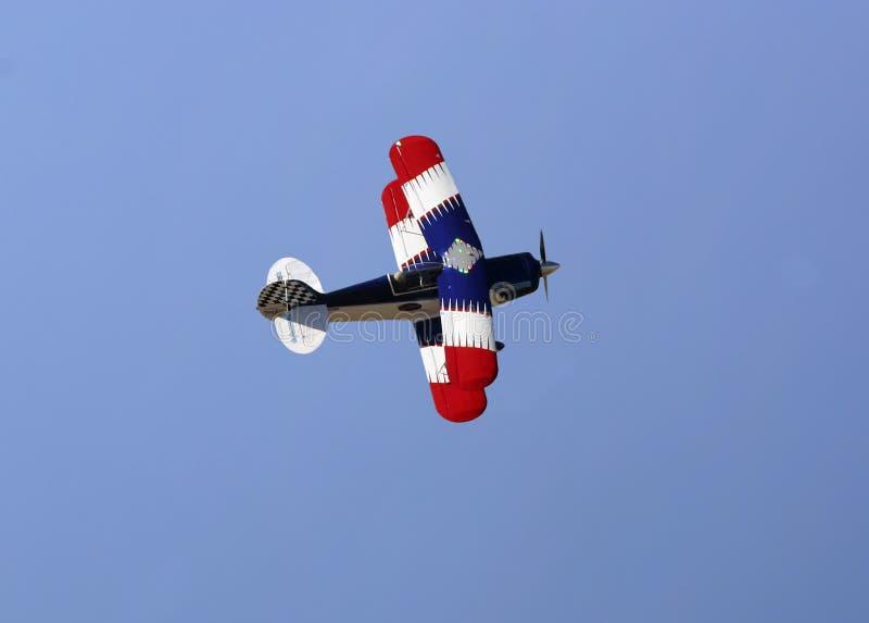Biplan blanc et bleu rouge photo stock
