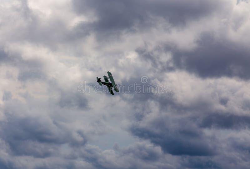 Biplan de cru avec l'altitude ouverte de gains d'habitacle aux airshows images stock