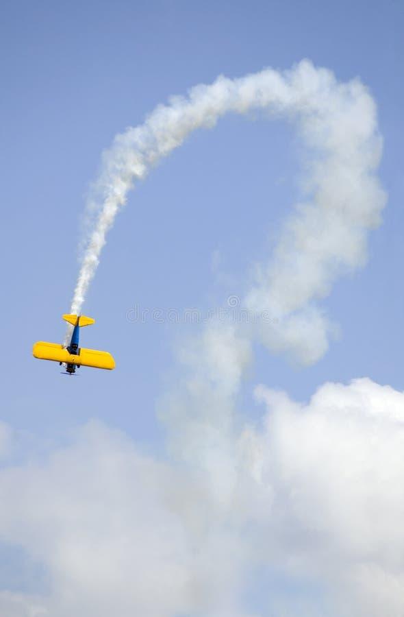 Biplan et journal incurvé de fumée photos stock