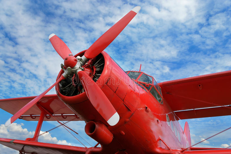 Biplan rouge d'avion avec le moteur à piston images libres de droits