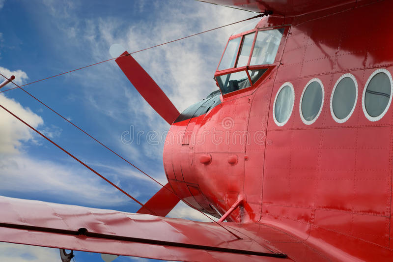 Biplan rouge d'avion avec le moteur à piston photos libres de droits