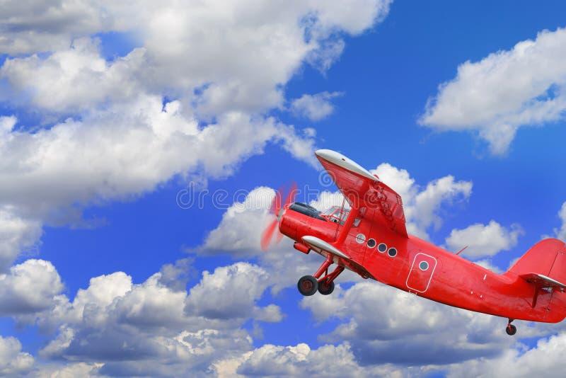 Biplan rouge d'avion avec le moteur à piston photo stock
